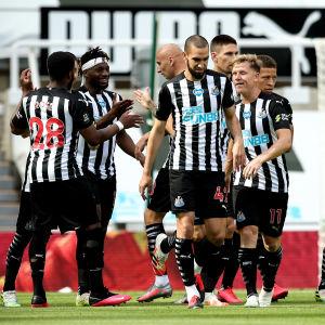 Newcastle United-spelarna firar ett mål.