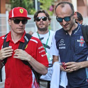 Kimi Räikkönen i rött och Robert Kubica i blått, här i samspråk.