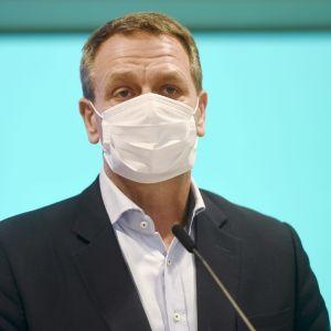 Helsingfors borgmästare Jan Vapaavuori bär munskydd.