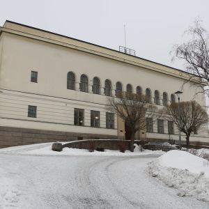 En vit skolbyggnad.