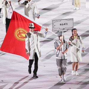 Kirgisian lipunkantajat, ampuja Kanikei Kubanitshbekova ja uimari Denis Petrashov esiintyivät ilman maskeja.