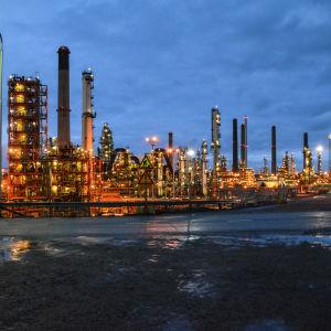 Biodieselanläggning med andra produktionsenheter i bakgrunden