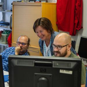 Kuvassa Yle Mediateknologian osaston työntekijöitä työssään.
