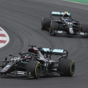 Lewis Hamilton kör framför Valtteri Bottas i kurva.