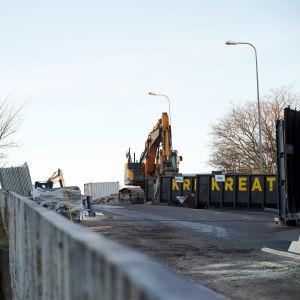 Övre delen av järnvägsbron i Hangö som ska rivas. På bilden syns en arbetsmaskin.