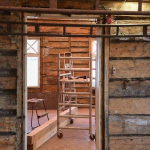 en dörröppning i stockbyggnad som renoveras