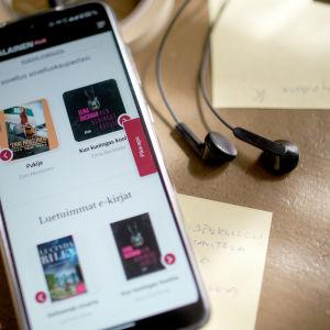 Kännykkä ja kuulokkeet