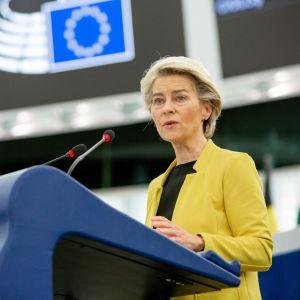 EU-kommissionens ordförande Ursula von der Leyen står i talarstolen. På sig har hon en gul kavaj och en svart blus.