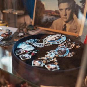 Koruja joita koristavat Elvis Presleyn kuvat, taustalla valokuva Elvis Presley-artistista.