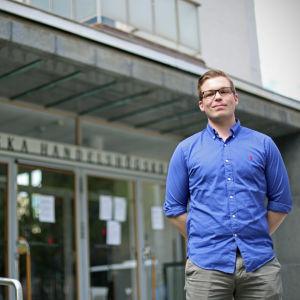 Andreas Lindén står utanför Hanken