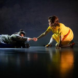 Bild nr 2: En dödskamp mellan en dotter (Daniela Franzell) och hennes döda mamma (Hertha). På bilden ligger mamman ned med en utsträckt hand som Franzell håller i. Franzell är iklädd en gul klänning och står på ett knä.