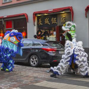 Dansande figurer i Kampen i Helsingfors under firandet av det kinesiska nyåret.