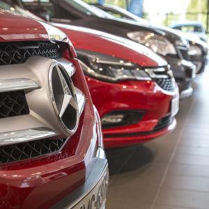 Bilar på rad i en bilbutik.