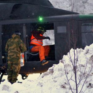 Räddningspersonal kliver in i norska försvarets helikopter.