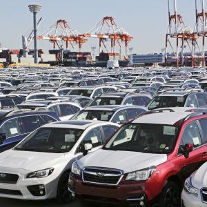Bilar i en japansk hamn väntar på frakt.
