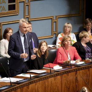 Pekka Haavisto svarar på en fråga under regeringens frågetimme.