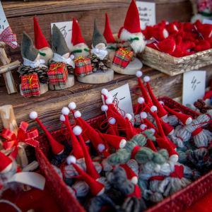 Juldekorationer till salu på julmarknad.
