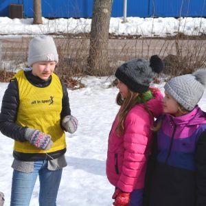 Rastis-ledaren Alma Henricson förklarar en lek för de en grupp elever.