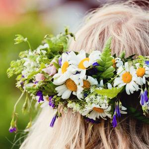 Flicka med blomsterkrans i håret