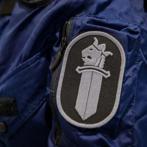 Ett polismärke på en polisuniform.