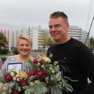 Radioredaktören Maisku Holmström blev vald till årets positivaste Åbobo och TPS ishockeytränaren Raimo Helminen från Tammerfors fick ett hedersomnämnande. Bilden är fotograferad ombord på båten Ukko-Pekka.