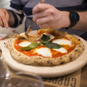 Napolilainen Margherita-pizza ravintola Capperissa.