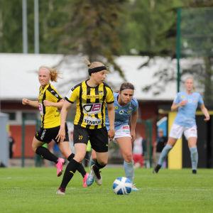 Hanna Ruohomaa katselee syöttösuuntia pallo jalassa.