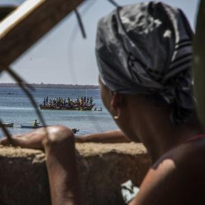 Här en kvinna i den aktuella regionen i norra Moçambique som ser ut över havet i en fiskeby som blivit tillflyktsort för folk som flytt islamistrebellernas anfall.