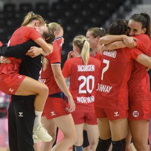 Norska spelare firar efter att ha tagit OS-brons.