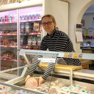 Blivande köpmannen Sofia Björklund bakom köttdisken i bybutiken i Töjby
