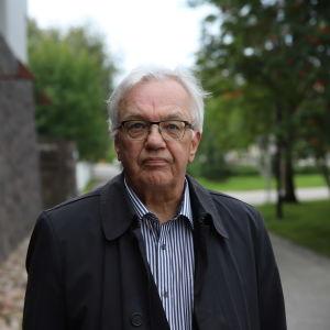 Kittilän kunnan entinen, vuonna 2018 eläköitynyt, hallintojohtaja Esa Mäkinen Rovaniemen hovioikeuden edustalla ennen käräjäoikeuden istuntoa