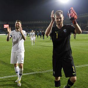Teemu Pukki, Joona Toivio och Lukas Hradecky tackar publiken efter segern i Jerevan.
