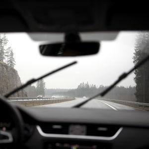 Liikennettä moottoritiellä vesisateessa.