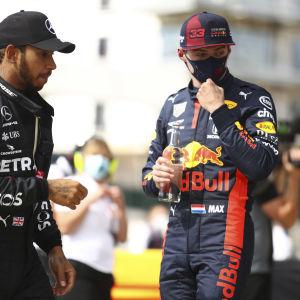 Lewis Hamilton och Max Verstappen blickar åt sidan.