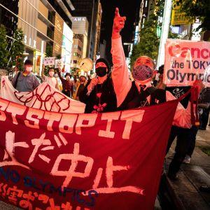 Ihmiset osoittovat mieltä Tokion olympiakisoja vastaan Tokiossa 17.3.