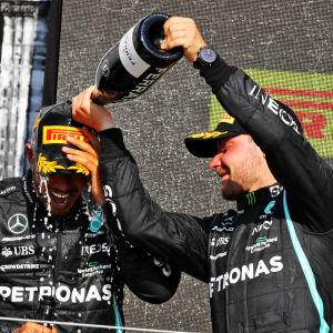 Valtteri Bottas sprutar champagne på Lewis Hamilton.