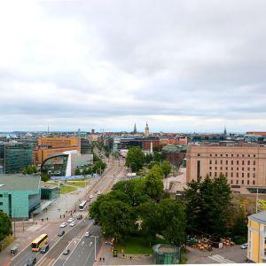 Utsikt över Mannerheimvägen i Helsingfors vid sidan av Riksdagshuset, Kiasma och Ode.