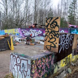 Graffitimålat område.