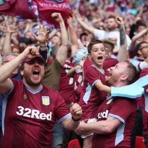 Aston Villas anhängare jublar på Wembley.