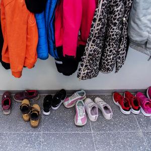 Skolbarns kläder i klädhängare