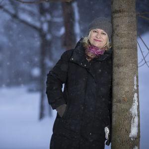 Sinikka Nopola omgiven av ett vinterlandskap