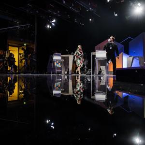 Studio-ohjaaja Tony Hällfors ohjeisti Ohisaloa studiolla ennen lähetystä.