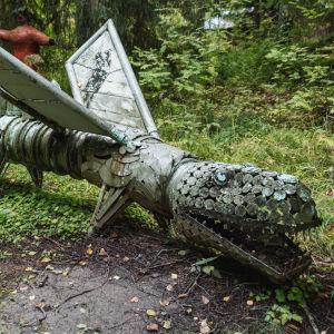 Metallskulptur föreställande drakliknande djur.