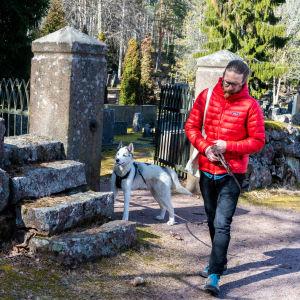 Bosse Hellsten tillsammans med sin hund Banjo.