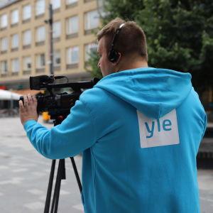 Ylen mediatoimittaja Pyry Sarkiola kävelykatu Manskilla Kouvolassa.