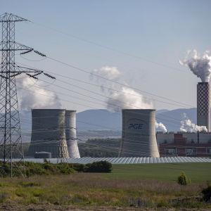 Kolkraftsanläggningen i Turow, sydvästra Polen. Tjeckien har krävt att brunkolsgruvan i Turow stängs, men Polen har trotsat EU-domstolens beslut om stängning.