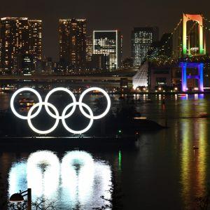 De olympiska ringarna ovanför vattnet i Tokyo.