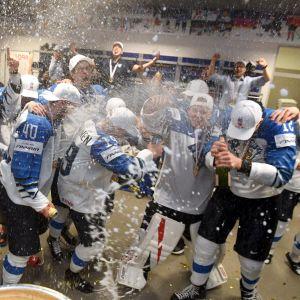 Finlands spelare sprutar skumvin i omklädningsrummet.