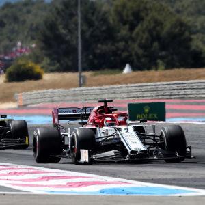 Kimi Räikkönen kör före Nico Hülkenberg.