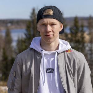 Kalle Rovanperä kotitalonsa pihamaisemassa Puuppolassa.